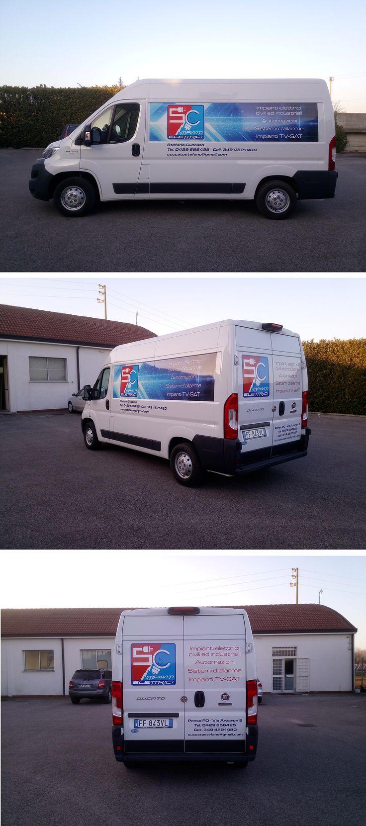 Decorazione su Fiat Ducato realizzata tramite l'applicazione di stampa digitale e scritte in pvc adesivo prespaziato. La progettazione grafica, la stampa e l'installazione delle pellicole sui mezzi viene totalmente realizzata dal nostro studio.