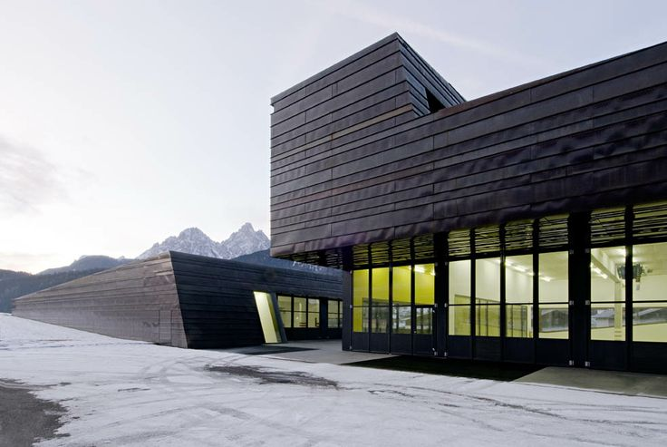 La nuova Struttura della Protezione Civile, a San Candido/Innichen (BZ) presenta facciate e tetto in rame preossidato. Progettista: AllesWirdGut Architektur. Finalista 2011