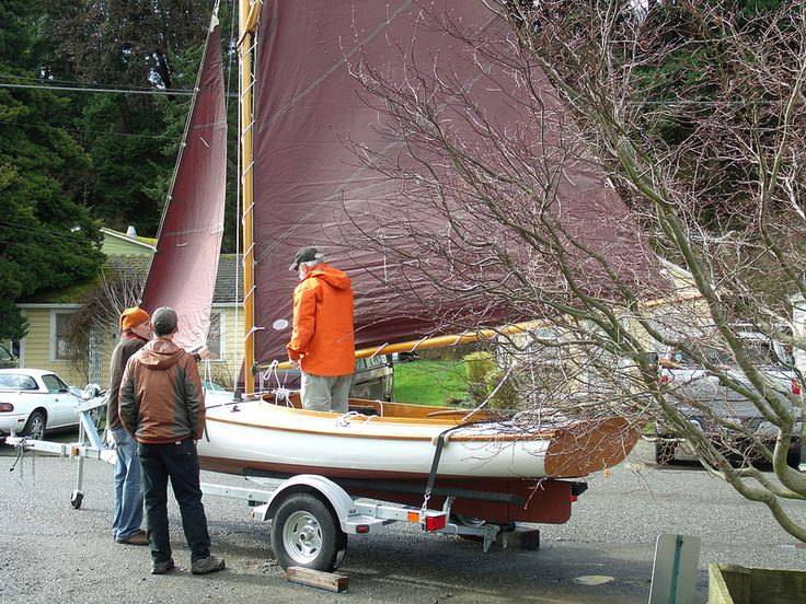 Port Hadlock WA - Northwest School of Wooden Boatbuilding - Coolidge Centerboard Sloop - Rigging the boat prior to delivery | par Northwest School of Wooden Boatbuilding