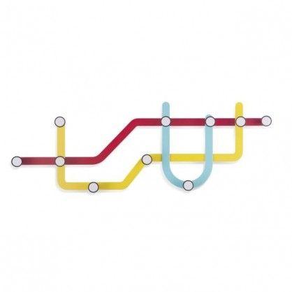 """Oryginalny wieszak na torebki, apaszki, koszule, czy kurtki – stworzony do nowoczesnego mieszkania w mieście. Kolekcja Subway została zainspirowana stacjami metra wytyczanymi poprzez charakterystyczne punkty umieszczane na liniowej """"mapie"""" metra. W tym kolorowym wieszaku """"stacje"""" metra odpowiadają zawieszkom, na których można umieszczać różne przedmioty, a trasa metra jest linią łączącą poszczególne zawieszki. Kapitalna konstrukcja do zamocowania na ścianie."""