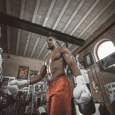 Anthony Joshua shows off his huge fighter body ahead of Saturday fight - http://www.thelivefeeds.com/anthony-joshua-shows-off-his-huge-fighter-body-ahead-of-saturday-fight/