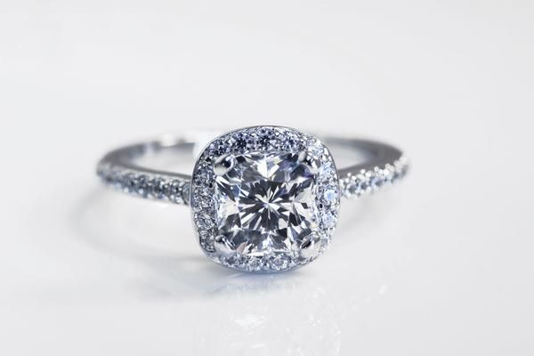 Low-cost diamond engagement rings at Diamanti by Quorri in Canada with Aterna look like real fake diamonds used in Tiffany and Tacori rings.
