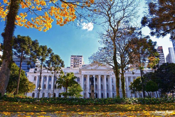 Universidade Federal do Paraná. | Fundada em 1912, é considerada uma das universidades mais antigas do Brasil.
