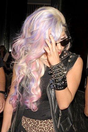 Lady Gaga mit lilac/pastel pink Strähnen. Die directions-Tönung fondet ihr auch hier: http://www.mimisue.de/directions-haarfarbe.htm