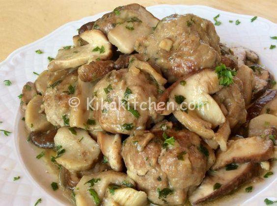 Le polpette ai funghi sono un secondo piatto di carne a base di funghi. Morbidi bocconcini di carne macinata con contorno di funghi porcini.