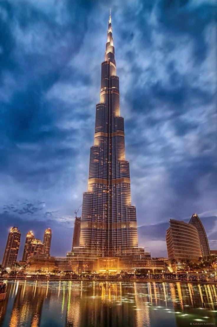 El Burj Khalifa, es un rascacielos ubicado en Dubái, Emiratos Árabes Unidos. Con 828 metros de altura, es la estructura más alta construida por el ser humano