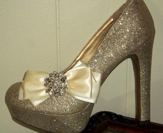 Bruiloft Bridal schoen slips - set van 2 - mooie triple bogen voor definitie. Deze zijn gemaakt van dubbele geconfronteerd satijn lint 1.5 inch breed met een groot Oostenrijks kristal-Strass broche bovenop!... Ze zijn aangesloten als u wilt Franse Zilveren schoen clips op de bodem voor veiligheid U kunt dragen deze verschillende manieren op je schoenen, jurk hen omhoog voor bruids, bruiloft, speciale gelegenheid of gewoon een nacht van plezier! VEEL kleuren beschikbaar, kies uit het…