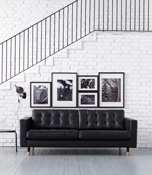 As paredes estão um pouco vazias? Esta decoração inspirada numa galeria é conseguida pendurando imagens numa linha direita, sem espaços, de modo a criar uma afirmação de estilo arrojada (especialmente se forem de uma palete de cores semelhante).