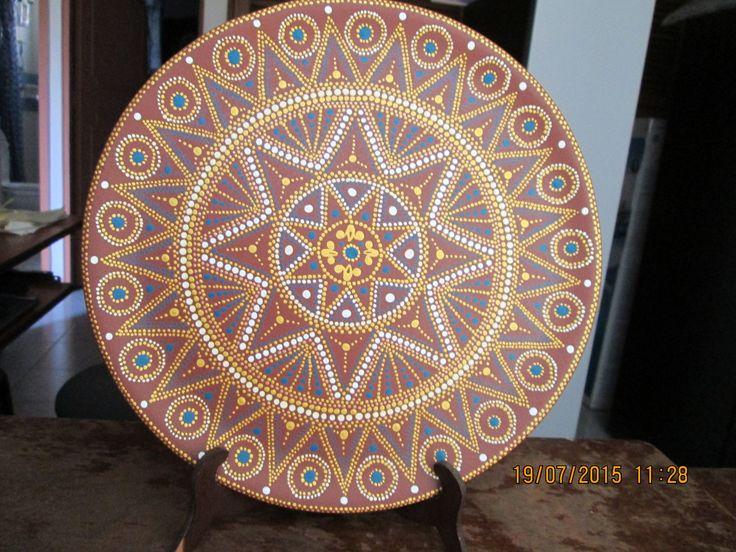 Plato de madera pintado con acrílicos en técnica de puntillismo.