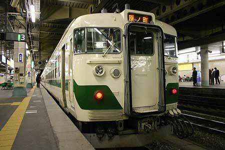 遠くから仙山線の案内アナウンスが聞こえてくる。この列車の案内もホームに響いている。様々な土地へ、列車が旅立ってゆく駅の光景を、いつまでも見ていたくなる。東日本大震災と原発事故の「後」を見据えて、少しでも早く平穏な日常が戻ることを切に祈っている。[2005/4 仙台駅 JR常磐線(JR東北本線)274M原ノ町行(455系)]© 2010 風旅記(M.M.) 風旅記以外への転載はできません...