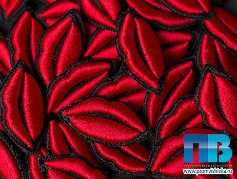 Значки-нашивки в виде губ с 3D вышивкой
