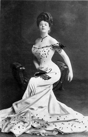 In 1900 was een hele dunne taille in de mode met een grote buste en brede heupen. Een extreem zandloperfiguur dus. Vrouwen droegen daarom ook korsetten om dat ideaal te bereiken.