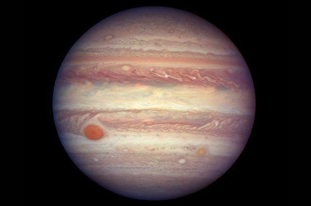 In questi giorni Giove si trova in opposizione e alla distanza minima dalla Terra prevista per il 2017, a 670 milioni di chilometri. NASA ed ESA hanno colto l'occasione per scattare un'immagine straordinaria con il Telescopio Spaziale Hubble, che mostra dettagli incredibili dell'atmosfera gioviana.