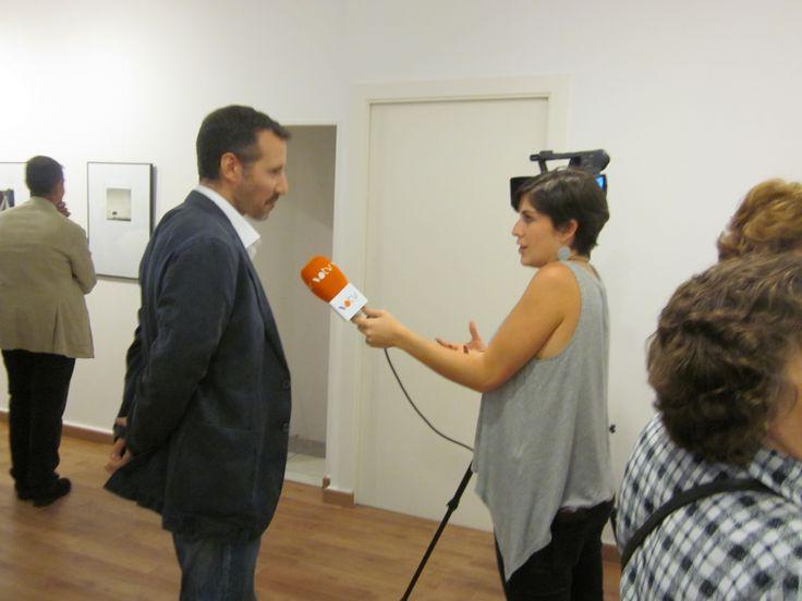 """Guillermo De Angelis, fotógrafo, hablando para televisión el día de la inauguración de la expo """"En aquest lloc, en aquest moment"""""""