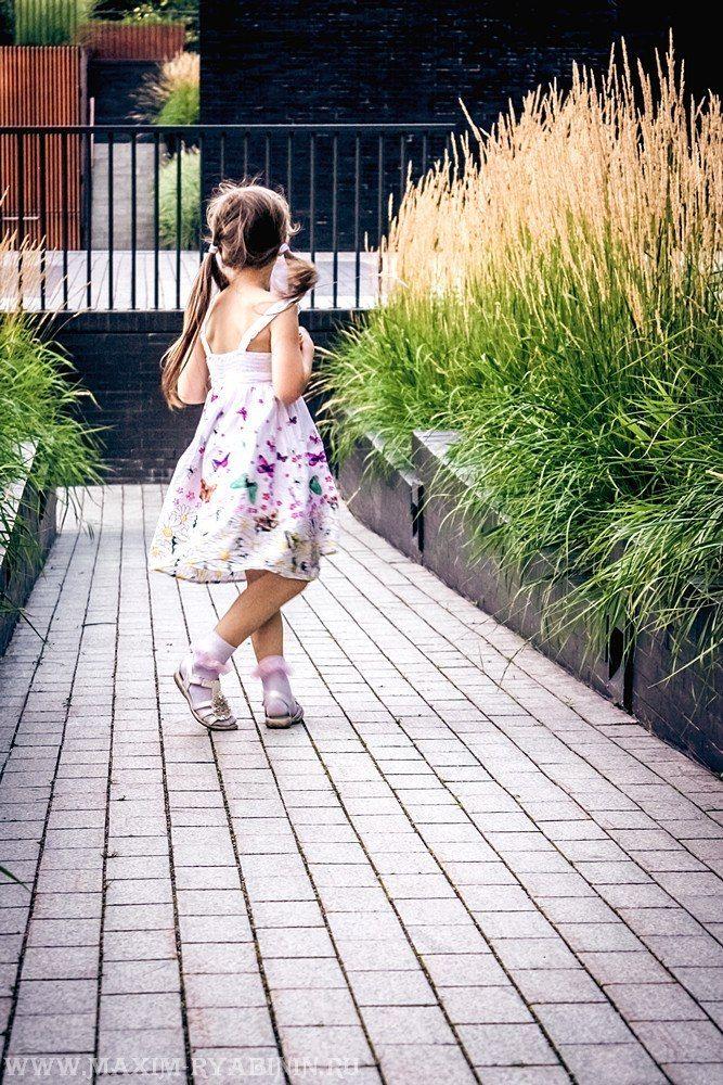 девочка в платье фотография фотосессия портретная портрет детская выездная съемка на природе пленэр дети девочка mvryabinin фотограф Максим Рябинин