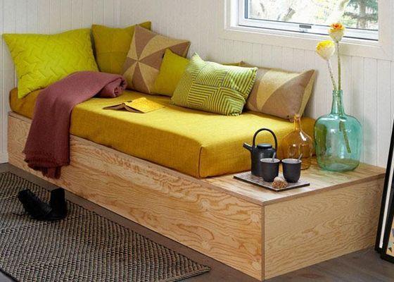 Med massor av kuddar sitter man bekvämt i den hemsnickrade soffan. Bygg stommen längre än madrassen så har du ett integrerat soffbord. Kuddar från Hay och Sen-Sen.