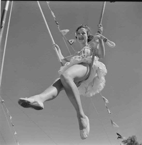 просвечивающие трусики артистки цирка вдруг