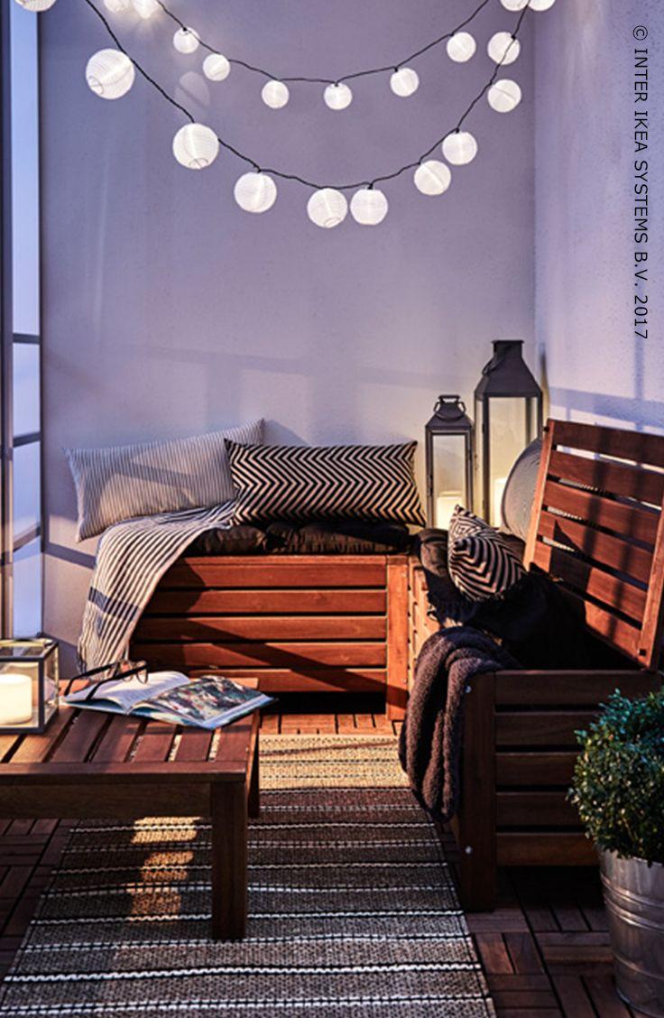 Le balcon, l'endroit parfait pour se détendre ! Optez pour du mobilier faisant également office de rangement pouvant abriter des cousins et des plaids. Découvrez nos idées. ÄPPLARÖ Banc rangement extérieur, 50,-/pce. #IKEABE #idéeIKEA Your balcony? It's the perfect place to relax! Use furniture that also serves as storage space! That way you have plenty of room for all those cozy pillows and plaids. Discover our ideas. ÄPPLARÖ Storage bench, outdoor, 50,-/pce. #IKEABE #IKEAidea