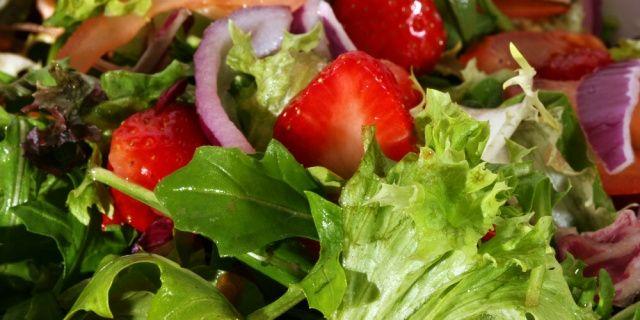 Vyzkoušejte výborné letní saláty z vlastní úrody
