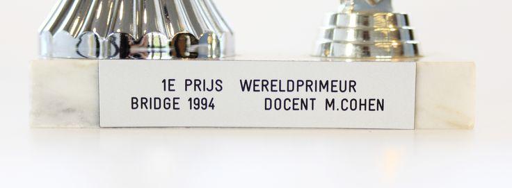 (ENG) Bridge Game Trophy from 'Wereldprimeur Bridge 1994' (= world first) from a Bridge Tournament for visually impaired people. Detail. |  (NL) Bridge Trofee van 'Wereldprimeur Bridge 1994', een toernooi voor visueel gehandicapte mensen. Detailfoto.