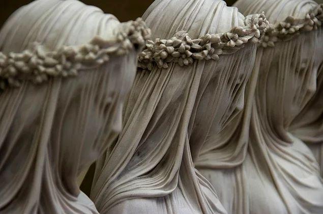 """Mermer perdenin sırrı: """"Örtülü Vestal"""", (19. yüzyıl) Raffaele Monti"""