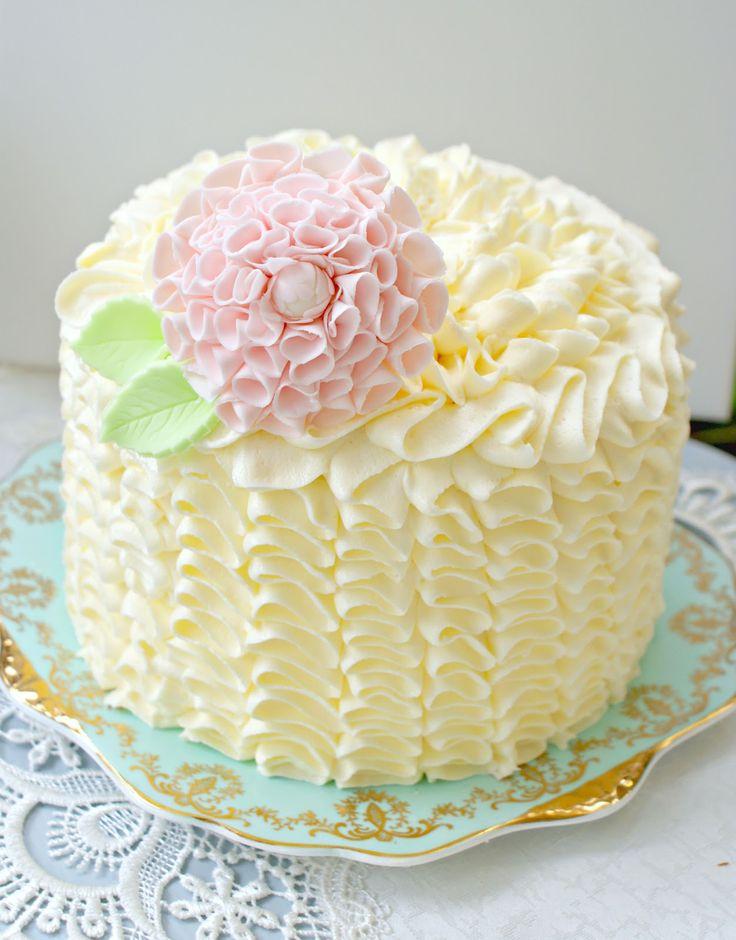 Tarta decorada con volantes de crema y flor de pasta