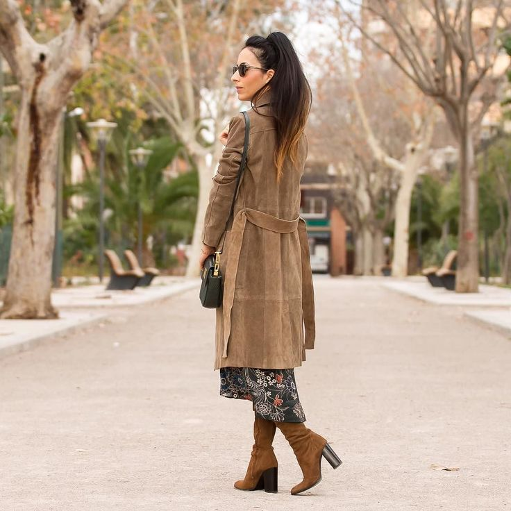 Me encantan los vestido de flores con botas de ante  Buenísimas noches disfrutad del Finde  Good night igers!  A pretty floral dress always works with a pair of suede boots. You have all the details and info on  www.withorwithoutshoes.com  #zara#girl#zaradaily#flowerpower#folk#styleboho#bohochic#dress#bohemian#boho