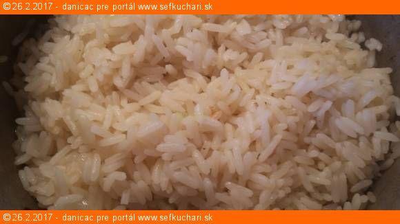 Dusená ryža na cibuľke klasická príloha k mäsu Ingrediencie 1 šálka (250 mryže je cca na 3 porcie 1,5 šálky vody je na 1 sálku ryže soľ - na toto množstvo 1 zarovnaná ČL cibuľa 1 PL oleja Inštrukcie Ryžu očistíme a premyjeme vodou. Vodu zlejeme. Rúru vyhrejeme na 175 °C. Očistenú cibuľu pokrájame na …