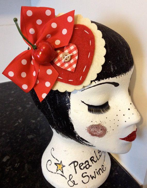 Polka Dot Cherry Fascinator rot und weiß fühlte von PearlsandSwine