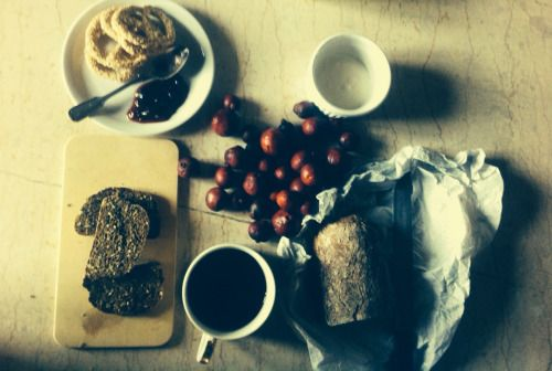#Brown and #deepred breakfast our #woodoven #bread #homemade #yogurt and the farms #organic #guavas