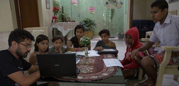 Grupo de jovens reunidos, realizando um trabalho de conscientização sobre a Dengue - Brasília (DF). Foto: Luisina López Ferrari.