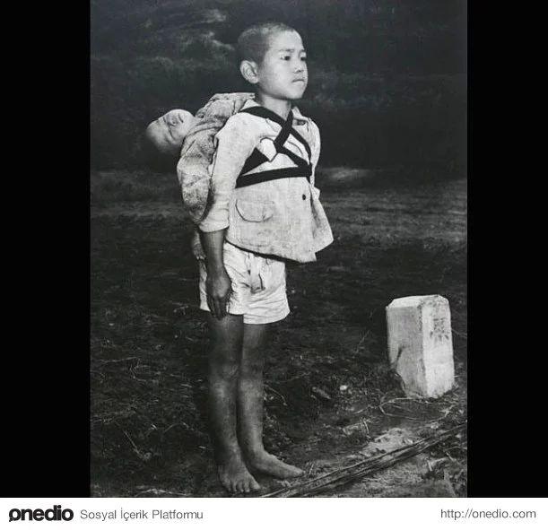 Nagazaki, 1945 -  On yaşlarında bir çocuk gördüm sessizce yürüyen. Sırtında bir bebek taşıyordu. Japonya'da o günlerde, çok sık görülürdü sırtlarında kendi küçük kardeşlerine sahip çıkan çocuklar, ama bu çocuk açıkça diğerlerinden farklıydı. Yüzündeki ifadeden ciddi bir nedenle buraya gelmiş olduğunu görülebiliyordu.