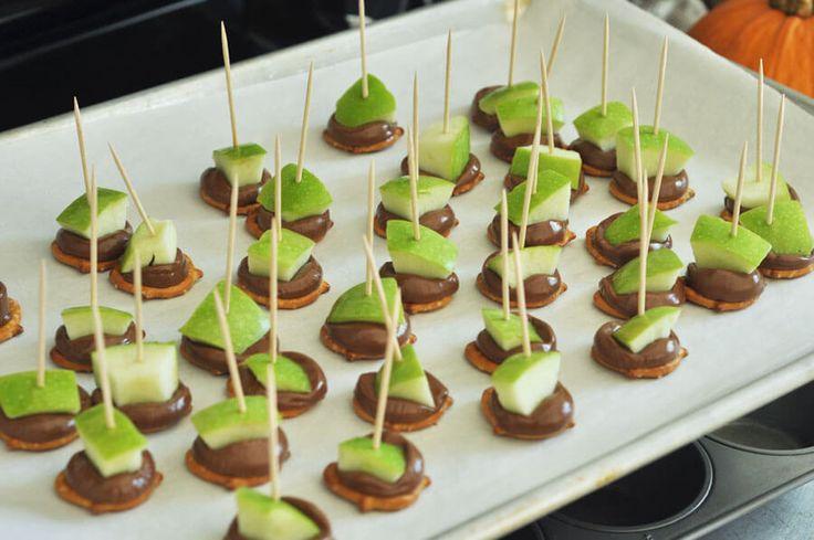 Grüne Apfelstücke, geschmolzene Rolo-Bonbons, alles auf einer salzigen Brezel. Die Perf …   – Desserts
