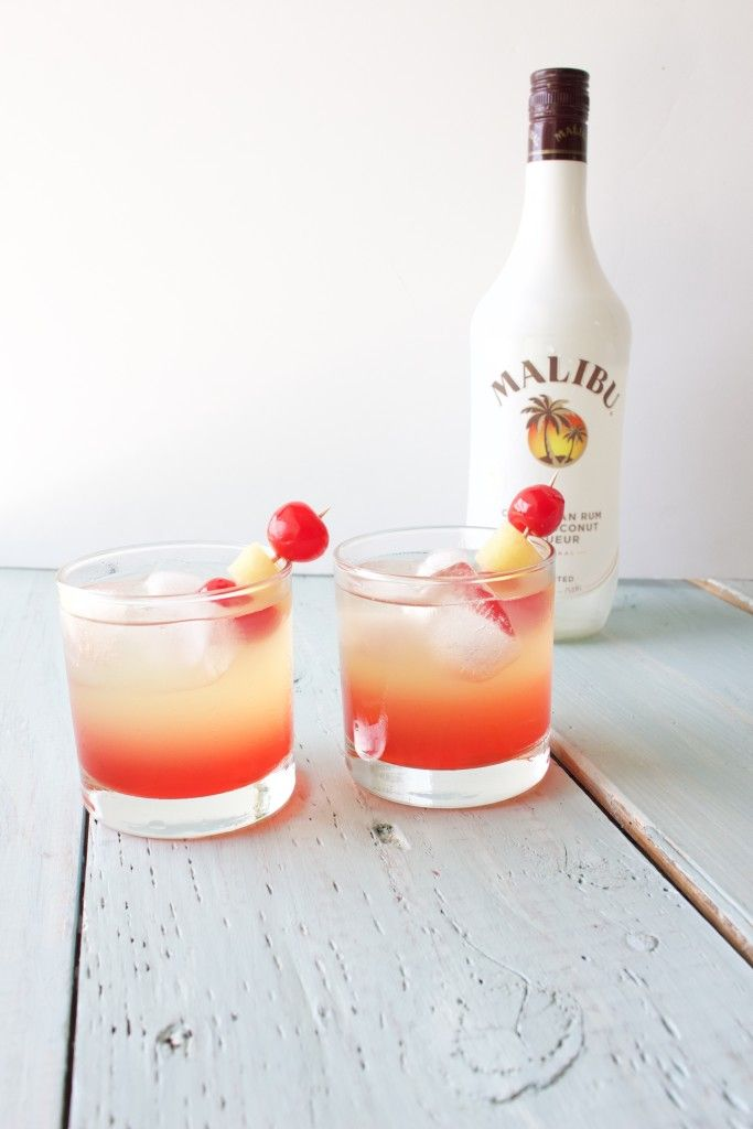 Malibu Sunset Cocktail. Glace, rhum, jus d'ananas, et un trait de sirop de grenadine