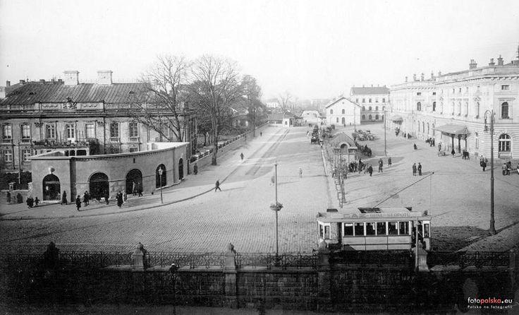 1927 , Po prawej Dworzec Główny w Krakowie, po lewej pałac Wołodkowiców - obecnie poczta.