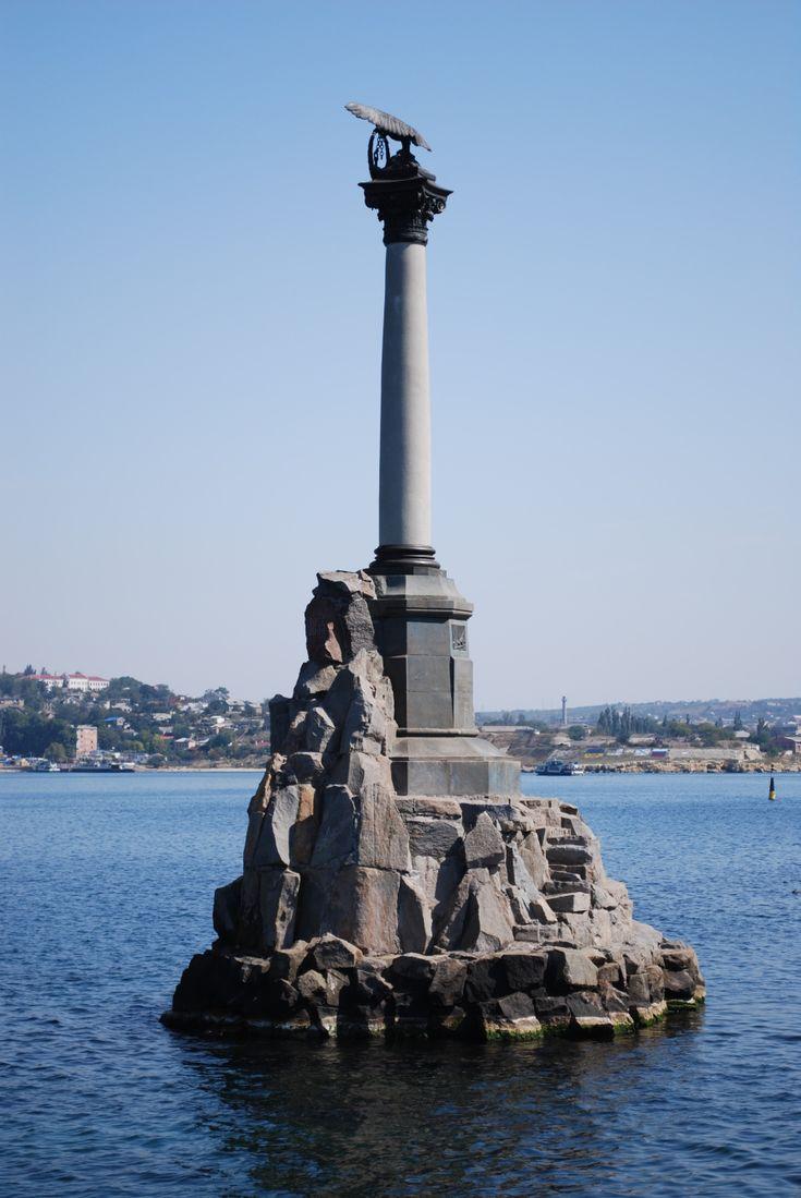 Вид на памятник погибшим кораблям, архитектура (цифровая фотография)