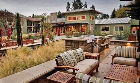 Около частного дома сделана открытая терраса. Она комфортна и выглядит уютно. Поскольку терраса является местом для отдыха, то в ней создали атмосферу, что способствует расслаблению. Поэтому она ра...