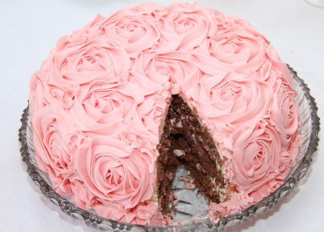 Denne rosekaken laget jeg til bursdagsbesøket mitt forrige helg. Jeg har egentlig bursdag 4. juli, men feirer det alltid med venner før sommerferien. Rosekake er en nydelig sjokoladekake fylt med bringebærkrem. Kaken har 3 lag av sjokoladekake og 2 lag med bringebærkrem. Det er en utrolig god kake, som er pyntet med roser av rosa …