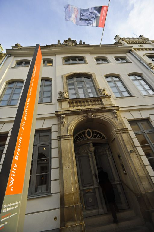 Das Willy-Brandt-Haus in Lübeck widmet sich dem politischen Leben Willy Brandts mit einer Dauerausstellung, spannenden Inszenierungen und multimedialen Informationsangeboten.