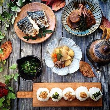 小さく握られたおにぎりがとても可愛い朝ごはん。  お野菜もお魚もたっぷり食べて元気に一日が過ごせそうですね。