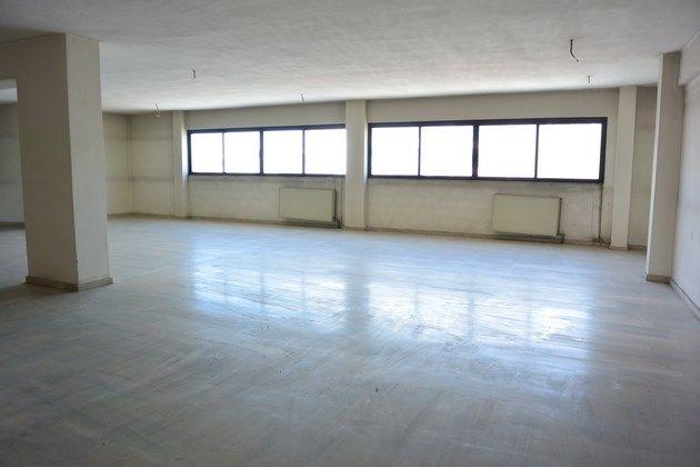 Θέλετε να στεγάσετε την επιχείρηση σας σε ένα από τα πιο κεντρικά σημεία της πόλης; Σας έχουμε τη λύση! Προς πώληση ή ενοικίαση, κεντρικός όροφος επί της οδού Κύπρου, καθαρού εμβαδού 400 τ.μ., σε κτίριο πρώτης προβολής με άπλετο φυσικό φωτισμό.  Ιδανικό για εκπαιδευτήρια, σχολές χορού, γυμναστήρια και άλλα.  ΧΩΡΙΣ μεσιτική αμοιβή για τον αγοραστή!   #ZadesHome #RealEstate #Larisa #RemaxEpilogi