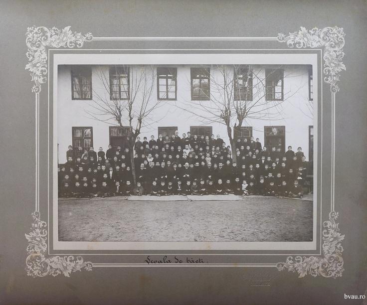 """Şcoala de băieţi a Comunităţii Elene, Galati, Romania, anul 1906, http://stone.bvau.ro:8282/greenstone/collect/fotograf/index/assoc/Jpag001.dir/Pag01_Scoala_de_baeti.jpg.  Imagine din colecţiile Bibliotecii Judeţene """"V.A. Urechia"""" Galaţi."""