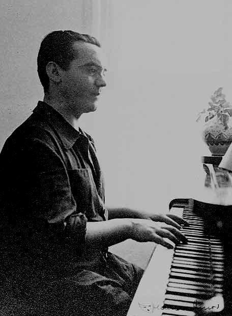 Federico García Lorca tocando el piano