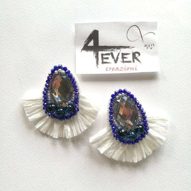 Orecchini con frange in rafia Lilith / Handmade raffia fringe earrings Lilith di Mondogatto78 su Etsy