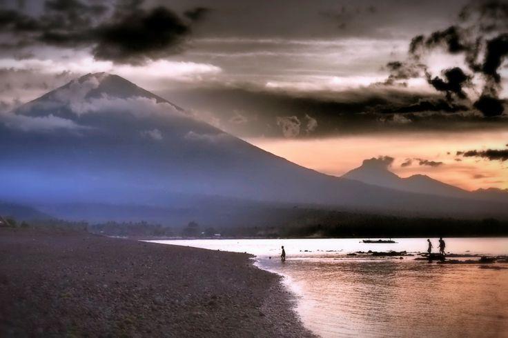 Zonsondergang bij de vulkaan (Bali) www.nationalgeographic.nl
