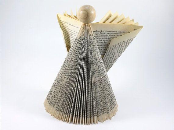 De Origami engel is zorgvuldig handgemaakt door de paginas van een gerecycled boek vouwen in een hedendaagse sculptuur. De gevouwen boek engel heeft een natuurlijke houten hoofd.  Een dynamische sculptuur die anders weergegeven wanneer bekeken vanuit verschillende hoeken en punt van licht.  De gevouwen boek engel is een geweldige kerst ornament evenals home decor het hele jaar rond, een eigentijds tintje toevoegen aan uw huis.  De engel is ongeveer 25cm (10 inch) hoog