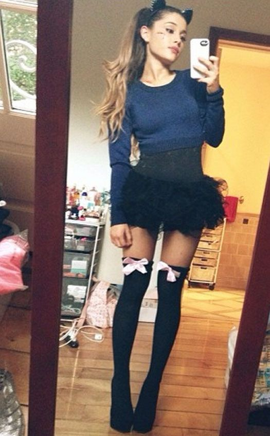 Ariana Grande. Not that I'm dissing, but why does everyone have a smartphone? SELFIE!