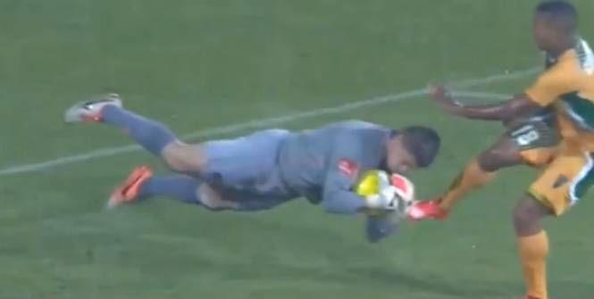 Un gardien belge évoluant en Afrique du Sud s'est jeté à plusieurs reprises dans les crampons de ses adversaires alors que le ballon était dans ses mains.