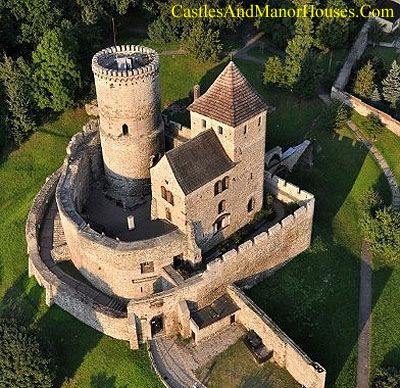 Zamek w Będzinie (Bedzin Castle), Bedzin, Poland. www.castlesandmanorhouses.com A 14th century Polish Gothic castle with elements from the 12th, showing concentric defenses.