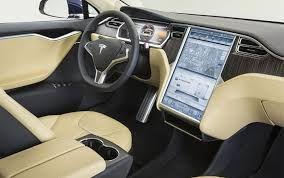 Tesla : Tesla는 복잡한 중앙컨트롤러를 없애고, 큰 화면의 디스플레이를 장착했다.  이 디스플레이는 진짜 태블릿처럼 작동한다. 음악을 재생하고 구글지도가 뜨는 내비게이션으로 길안내를 받는다. 실내 온도 조절도 이 터치스크린으로 해치운다. 선루프를 여닫는 것도 터치스크린으로 조작하는데, 슬라이드를 움직이면 1% 단위로 원하는 만큼만 열 수 있다. 화면은 둘로 나눠 쓸 수도 있다. 터치스크린의 반응 속도는 매우 빨랐고 조금도 멈칫거리지 않는다. 길안내를 시작하면 계기판에 길안내 정보를 띄워준다. 운전자를 등록하고 로그인하면 의자 위치도 맞춰준다. 남아있는 배터리 용량과 배터리 이용 상황도 실시간으로 보여주고 가까운 충전소도 알려준다. 차량은 항상 네트워크에 물려 있기 때문에 스마트폰으로 차량이 주차된 위치를 찾을 수도 있고 미리 실내 온도를 맞춰놓을 수도 있다. 엔진이 돌지 않아도 되기 때문에 에어컨을 미리 틀어놓는 게 결코 어려운 일이 아니다.
